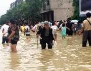 چائنہ: لانگ شانگ میں دو روز تک تیز دھار بارش برسنے کے بعد سڑکوں پر کھڑا ..