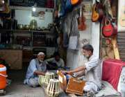 لاہور: محنت کش موسیقی کے آلات بجا رہے ہیں۔