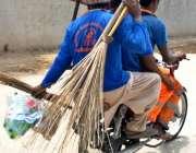 راولپنڈی: سویپر صفائی کا سامان اٹھائے اپنی منزل کی جانب رواں دواں ہیں۔