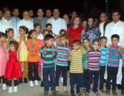اسلام آباد: پاکستان سویٹ ہوم کے بچوں کا چیف زمرد خان اور دیگر کے ہمراہ ..