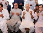 اسلام آباد: مسلم لیگ (ق) کے رہنما چوہدری پرویز الٰہی، طارق چیمہ اور محمد ..