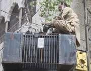 لاہور: لیسکو اہلکار بغیر حفاظتی آلات کے ٹرانسفارمر پر مرمت کے کام میں ..