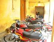 راولپنڈی: تحصیل آفس کے برآمدہ میں موٹر سائیکل پارک کیے گئے ہیں۔