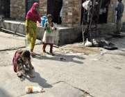 راولپنڈی: موہن پورہ میں بچے پینے کا پانی بھر کر لیجا رہے ہیں۔