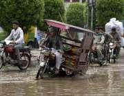 لاہور: ریلوے اسٹیشن کے باہر روڈ پر کھڑا پانی تالاب کا منظر پیش کر رہا ..
