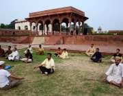 لاہور: یوگا کے عالمی دن کے موقع پر شالا مار باغ میں شہری یوگا کی پریکٹس ..