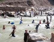 شانگلہ: شہریوں کی بڑی تعداد گرمی کی شدت کم کرنے کے لیے دریائے بشام میں ..
