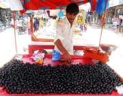 ڈیرہ غازی خان: ریڑھی بان گاہکوں کو متوجہ کرنے کے لیے ریڑھی پر جامن سجا ..