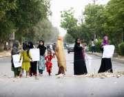 کراچی: گلشن جوہر کے رہائشی بجلی کی غیر اعلانیہ لوڈ شیڈنگ کے خلاف احتجاج ..