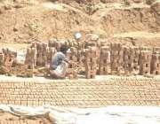 راولپنڈی: گرجا کے قریب بھٹے میں مزدور دھوپ میں بیٹھا کام میں مصروف ہے۔