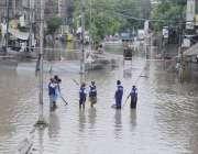 لاہور: صوبائی دارالحکومت میں ہونے والی موسلا دھار بارش کے بعد لکشمی ..