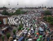 لاہور: صوبائی دارالحکومت میں بارش کے بعد بھاٹی چوک میں ٹریفک جام کا ..