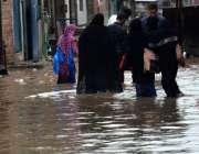 لاہور: صوبائی دارالحکومت میں تیز دھار بارش کے بعد سڑکوں پر جمع شدہ پانی ..