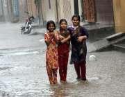 لاہور: بچیاں تیز بارش میں نہار کر لطف اندوز ہو رہی ہیں۔