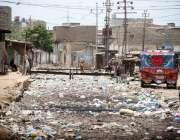 کراچی: مچھر کالونی میں گندا نالہ کوڑا کرکٹ سے بند پڑا جو انتظامیہ کی ..