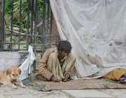 کوئٹہ: منشیات کا عادی شخص روڈ کنارے نشے کی حالت میں بیٹھا ہے۔