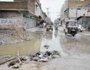 کوئٹہ: میگانگی روڈ پر بارش کا پانی کھڑا ہے جس سے مکینوں کو گزرتے ہوئے ..