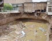 کوئٹہ: پرنس روڈ پر گزشتہ روز ہونیوالی تیز بارش اور کھدائی کے باعث ملحقہ ..