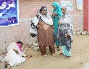 حافظ آباد: ڈی ایچ کیو ہسپتال کے باہر حاملہ خاتون مبینہ طور پر علاج کی ..