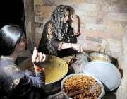 راولپنڈی: کینٹ کے علاقہ میں خواجہ سرا افطاری کے لیے پکوڑے تیار کر رہے ..