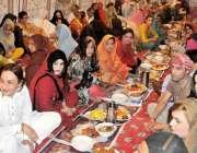 راولپنڈی: کینٹ کے علاقہ میں خواجہ سرا افطاری میں بیٹھے ہیں۔