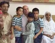 کراچی: سابق گورنر پنجاب چوہدری محمد سرور مقتول قوال امجد صابری کے اہل ..