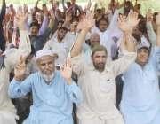 لاہور: رائل پام گالف اینڈ کنٹری کلب کے باہر متاثرین احتجاجی مظاہرہ ..