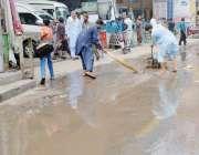 فیصل آباد: جی ٹی ایس چوک میں ن جی بس سٹینڈ کے سامنے سے بارش کا پانی ہٹایا ..