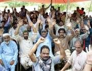 لاہور: رائل پام کلب کے ملازمین مطالبات کے حق میں احتجاج کر رہے ہیں۔