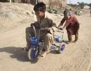لاہور: صوبائی دارالحکومت کے نواحی علاقہ میں بچے کھیل کود میں مصروف ..