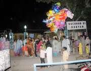 راولپنڈی: کمرشل مارکیٹ پبلک پارک میں بم کی افواہ کے باعث خوفزدہ لوگ ..