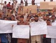 حافظ آباد: سبزی منڈی کے آڑھتی اور مزدور کئی دنوں سے خراب بجلی کا ٹرانسفارمر ..