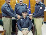 صوابی: ڈی پی او جاوید اقبال خان ایس ایچ او شفیع الرحمن کو ترقی کے بیج ..