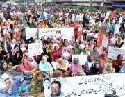 کراچی: ایم کیو ایم کے کارکنان اپنے مطالبات کے حق میں احتجاجی دھرنا دیئے ..