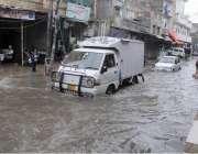 راولپنڈی: شہر میں ہونیوالی تیز بارش کے بعد بارش کے جمع شدہ پانی سے گاڑیاں ..