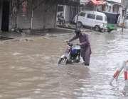 راولپنڈی: شہر میں ہونیوالی تیز بارش کے بعد بارش کے جمع شدہ پانی سے موٹر ..