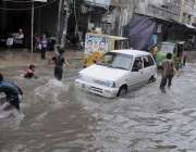 راولپنڈی: شہر میں ہونیوالی تیز دھار بارش کے بعد بارش کے جمع شدہ پانی ..
