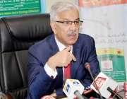 اسلام آباد: وفاقی وزیر برائے پانی و بجلی خواجہ آصف میڈیا سے گفتگو کر ..