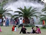 لاہور: جیلانی پارک میں لگے فوارے سے شہری لطف اندوز ہو رہے ہیں۔