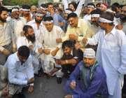 لاہور: نواز جان نثار کارکن پی ٹی آئی کے خلاف پریس کلب کے باہر احتجاج ..