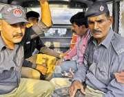 لاہور: پریس کلب میں پریس کانفرنس میں خلل ڈالنے والے غنی بٹ نامی شخص ..