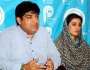 پشاور: سول سوسائٹی نیٹ ورک کے کوآرڈینیٹر قمر نسیم پریس کانفرنس کر رہے ..