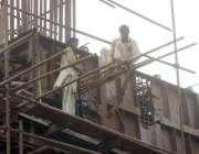 لاہور: مزدور اورنج لائن میٹرو ٹرین منصوبے کے تعمیراتی کام میں مصروف ..