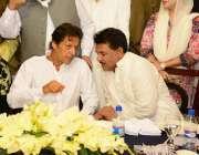 لاہور: تحریک انصاف کے چیئرمین عمران خان اور مرکزی رہنما جمشید اقبال ..