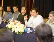 لاہور: تحریک انصاف کے چیئرمین عمران خان مقامی ہوٹل میں صحافیوں کے اعزاز ..