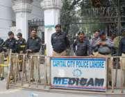 لاہور: سیکرٹریٹ کے باہر ایپکا ملازمین کے احتجاج کے موقع پرپولیس اہلکار ..