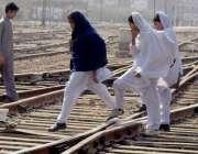 حیدر آباد: سکول طالبات کسی خطرے سے بے خبر ریلوے لائنیں عبور کر رہی ہیں۔