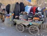 کوئٹہ: ایک معمر شخص روڈ کنارے گرم کپڑوں کا سٹال لگائے گاہکوں کے انتظار ..