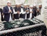 لاہور: وفاقی وزیر خزانہ سینٹر اسحاق ڈار، وزیر مملکت برائے مذہبی امور ..