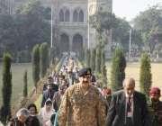 لاہور: آرمی چیف جنرل راحیل شریف جی سی یونیورسٹی لاہور کا دورہ کر رہے ..